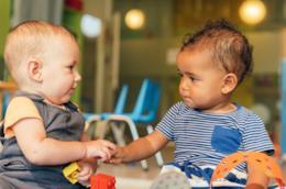 Due bambini giocano insieme