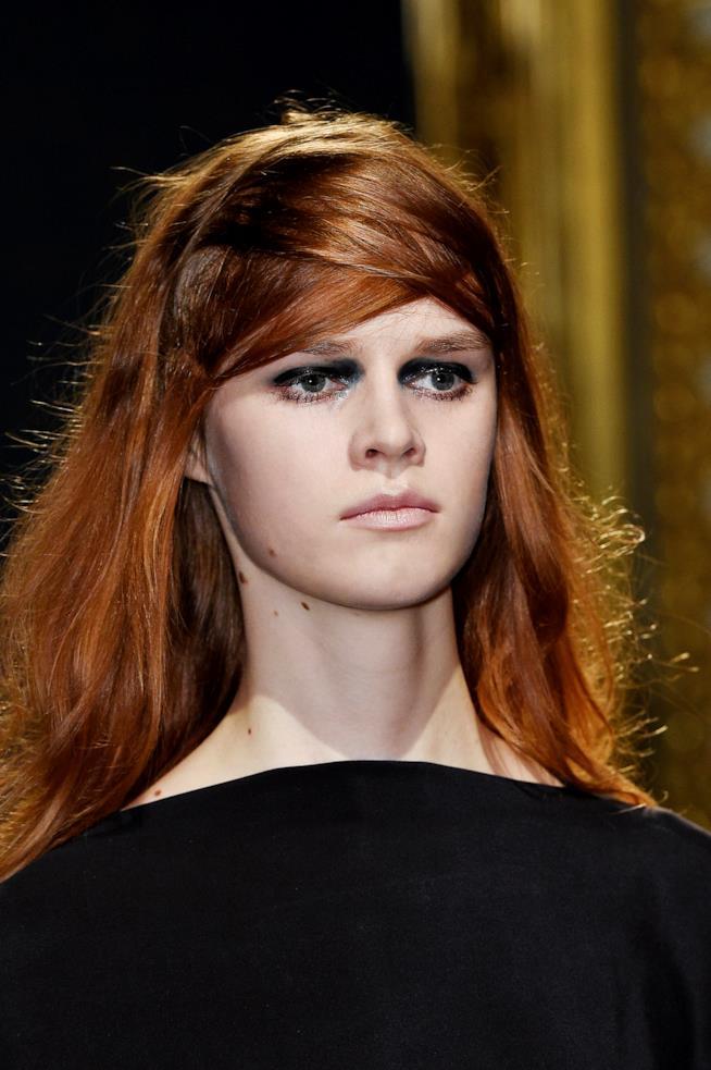 Ragazza con capelli lunghi e rosso scuro