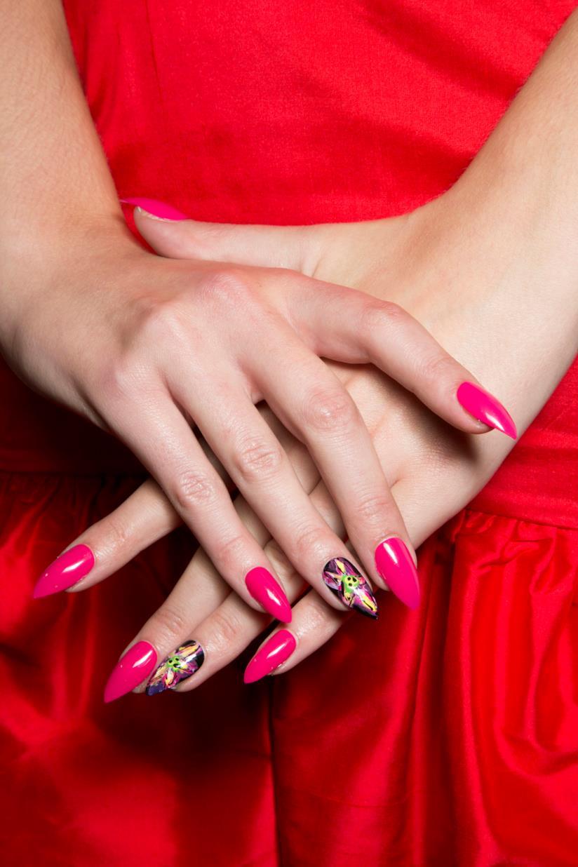 Nail art fucsia con disegni colorati