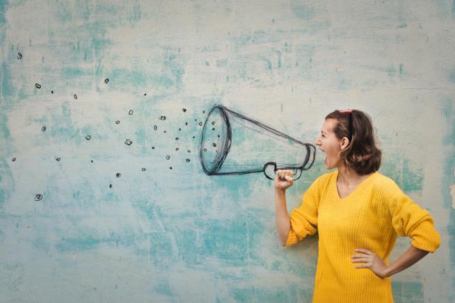 Donna urla in un megafono