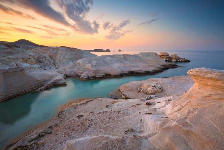 Mare tra le rocce bianche e levigate di Milos