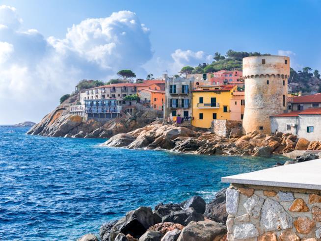 La Torre del Saraceno e il porto del Giglio