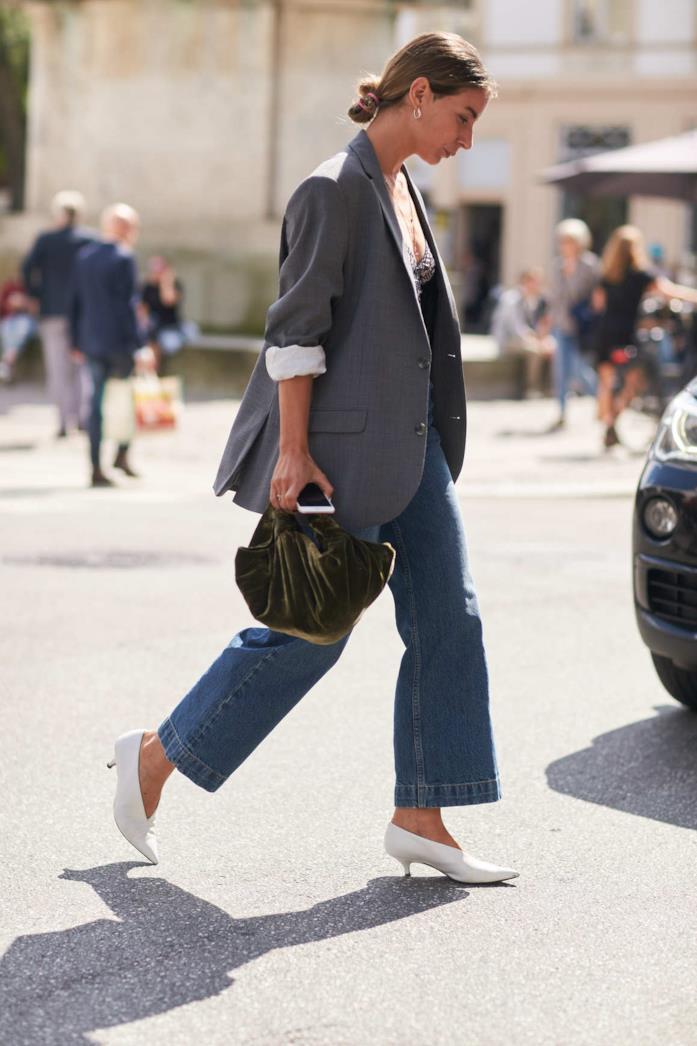 Blazer maschile abbinato a jeans e pumps con tacco basso