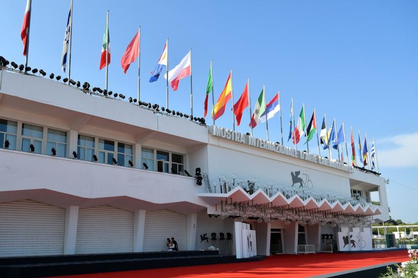 Il red carpet e la facciata del Palazzo del Cinema del Lido di Venezia