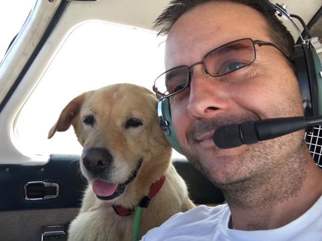 Paul Steklenski con un cane da lui salvato