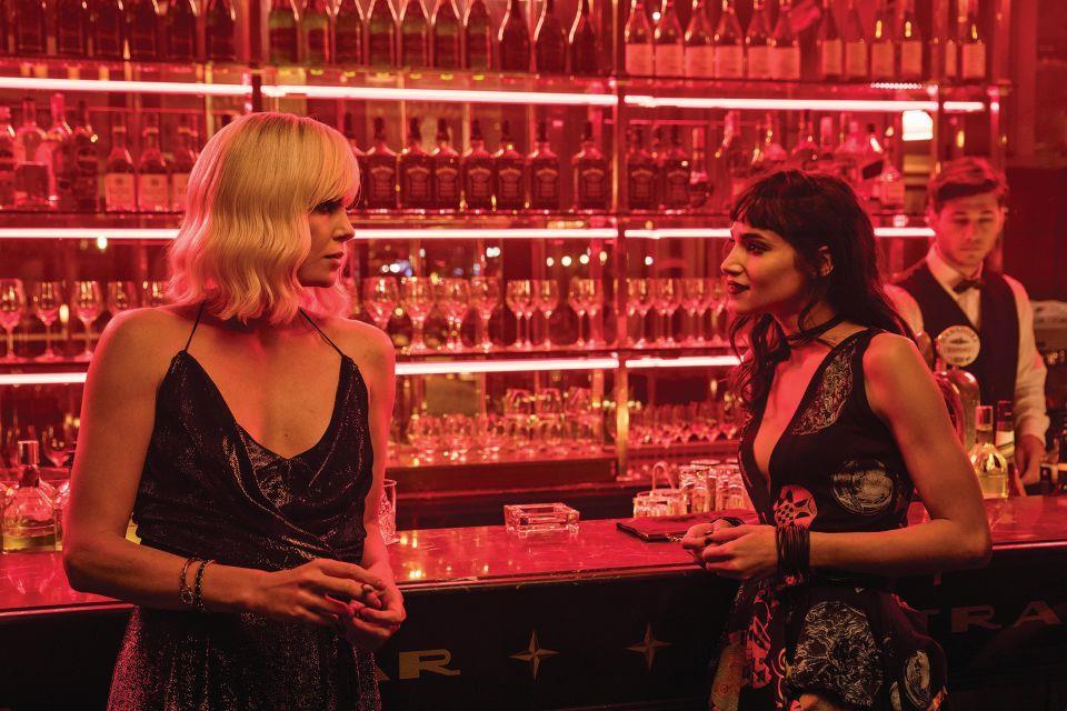 Charlize Theron e Sofia Boutella benvono un drink in Atomica Bionda