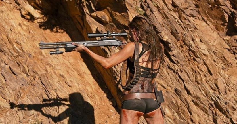 Matilda Lutz in azione nel deserto