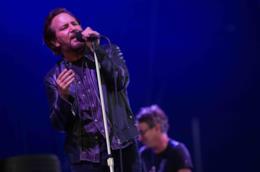 Primo piano di Eddie Vedder che canta in piedi al microfono