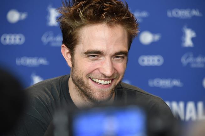 Robert Pattinson mentre sorride in conferenza stampa