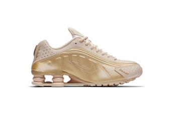 Sneaker modello Shox R4 in una colorazione rosa/beige con pannelli oro