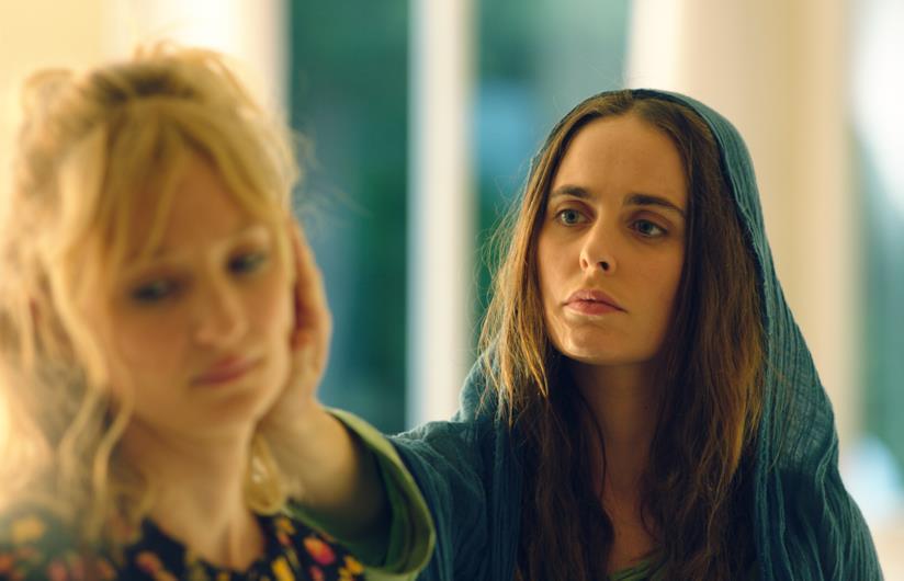 Alba Rohrwacher è Lucia, madre scombinata che vede la Madonna, interpretata da Hadas Yaron