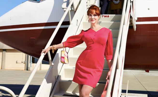 Joan Harris scende da un aereo