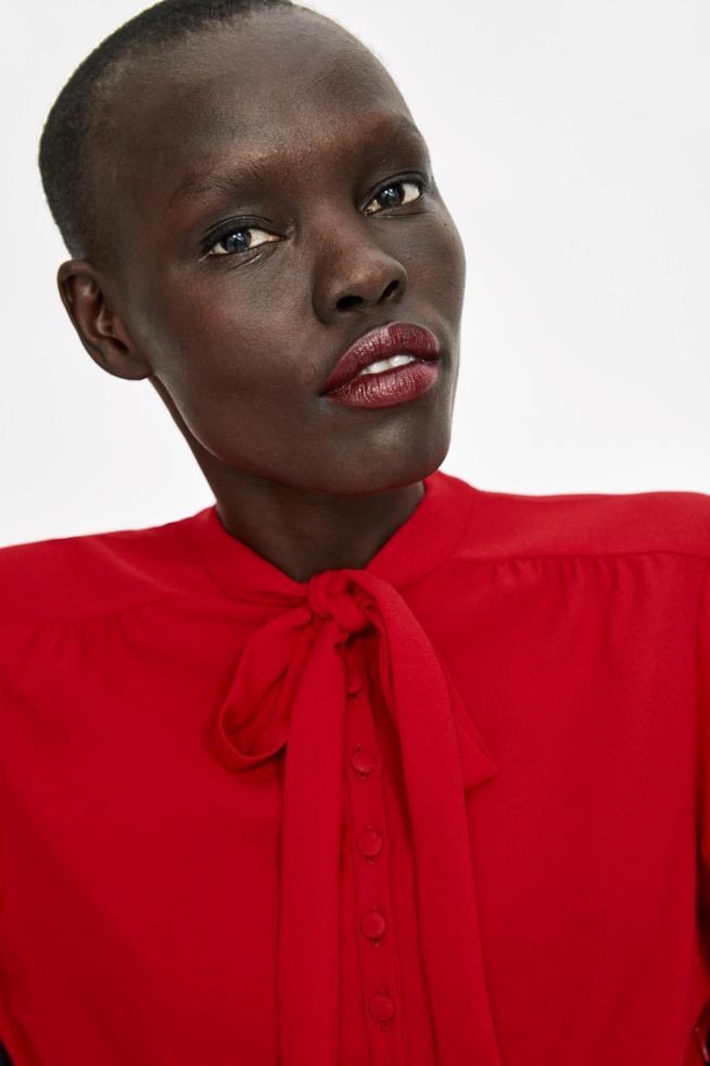 Il dettaglio della chiusura con il fiocco del mini abito rosso di Zara