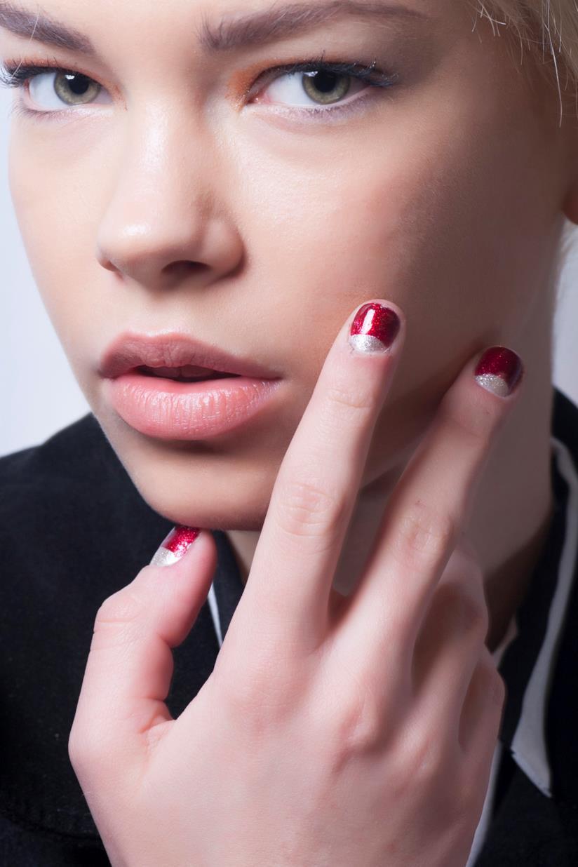 Manicure in gel rosso con glitter