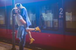 Coppia di ragazzi si bacia alla stazione
