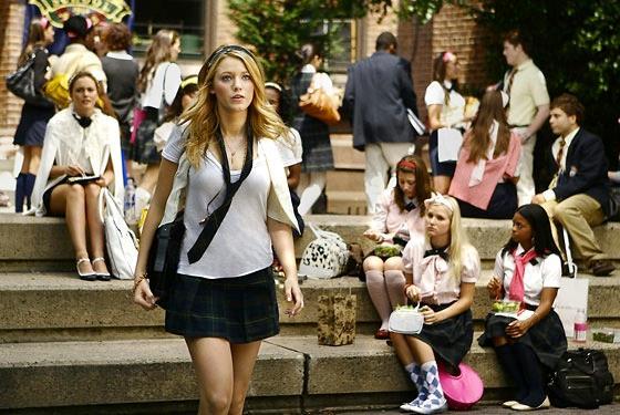 Constance Billard School di Gossip Girl con Serena che cammina sulle scale