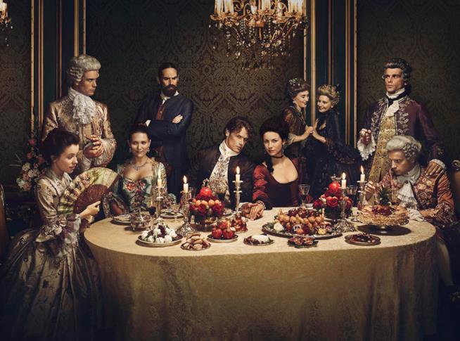 Uno scatto promozionale dell'intero cast di Outlander 2