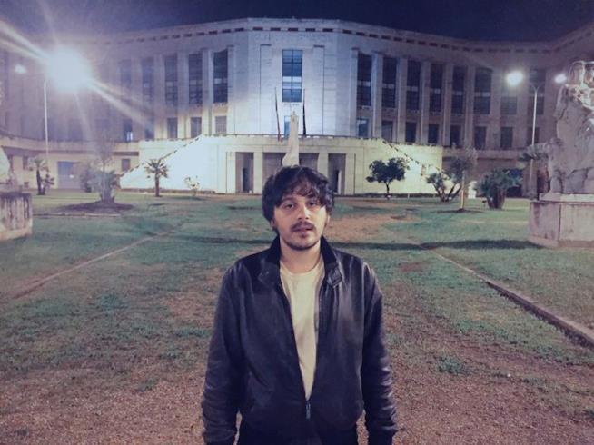 Calcutta, in piedi, in un parco, di fronte a un edificio