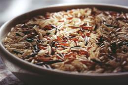 Ciotola con diverse varietà di riso
