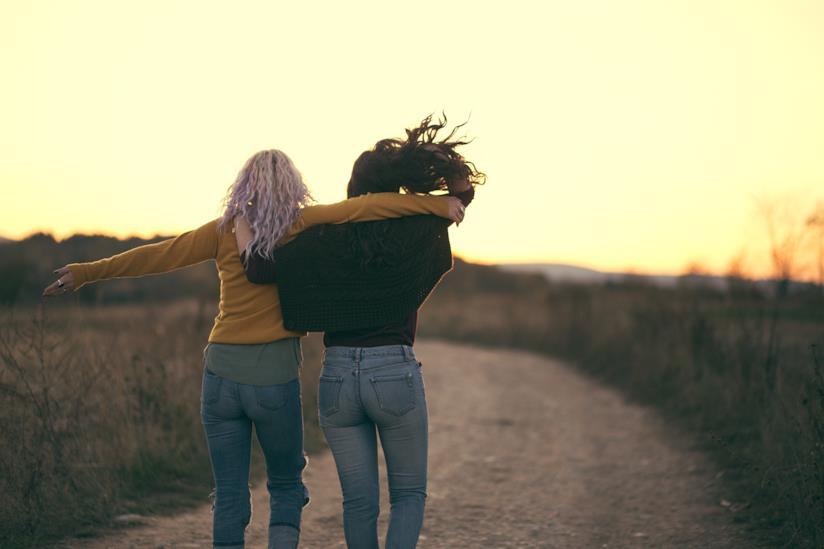 Ragazze camminano insieme lungo un sentiero di campagna