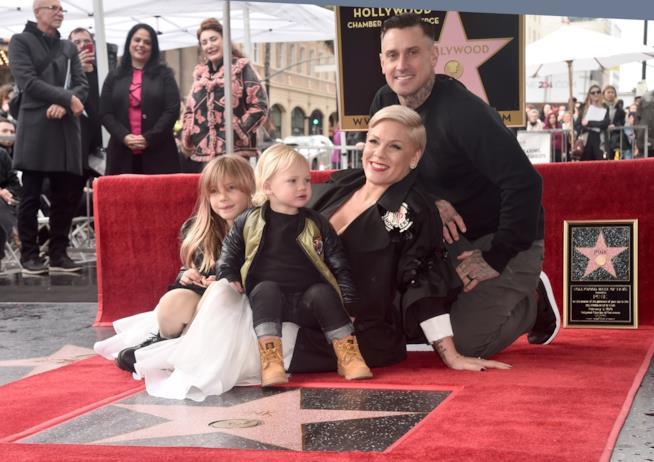 Pink con marito e figli sulla Walk of Fame