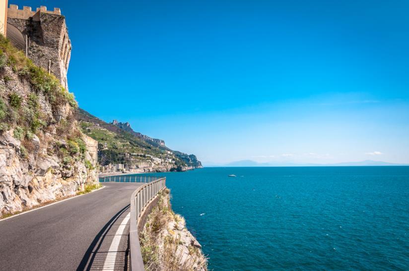 Suggestiva strada sul mare della Costiera amalfitana