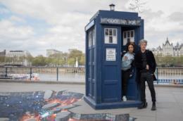 Peter Capaldi e Pearl Mackie con il Tardis