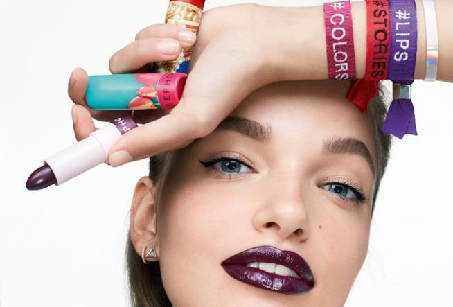 Una modella nella locandina per i rossetti  #Lipstories Sephora Collection