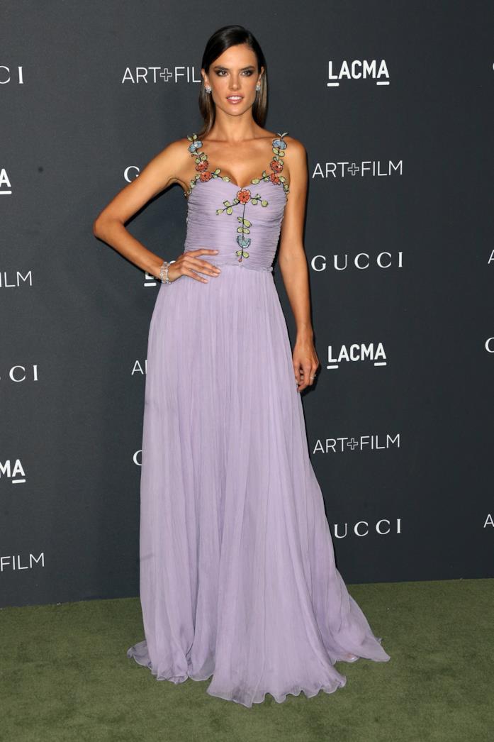 Alessandra Ambrosio sfoggia un maxi dress lilla super femminile