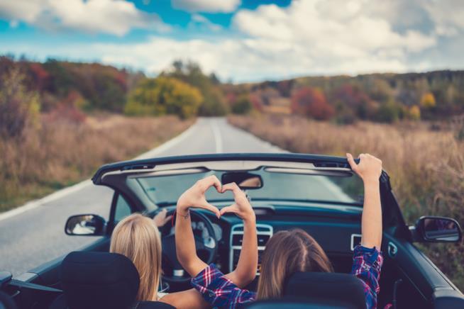 Coppia di amiche in macchina in partenza per un road trip