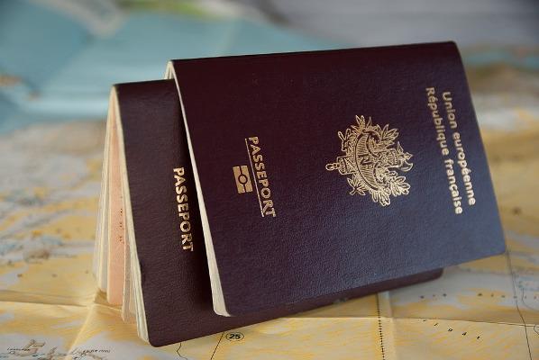 Due passaporti su mappa