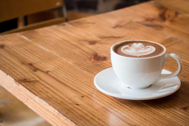 Tazza di cappuccino su un tavolo
