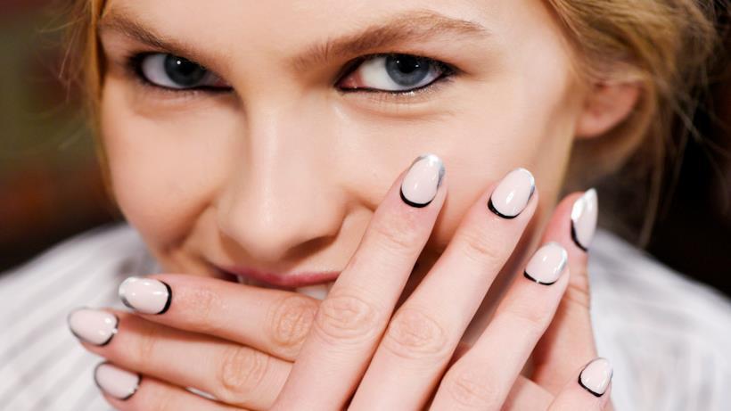 Nail art 2019: bianco e nero per le unghie