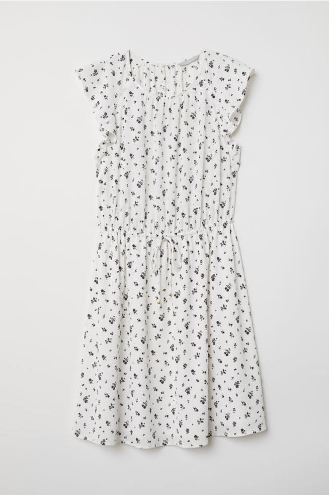 Un abito a fiori bianco