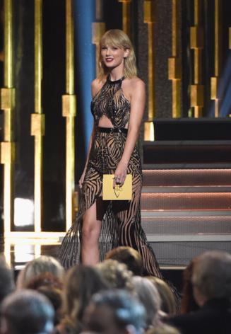 Taylor Swift sul palco della 50 edizione dei CMA Awards