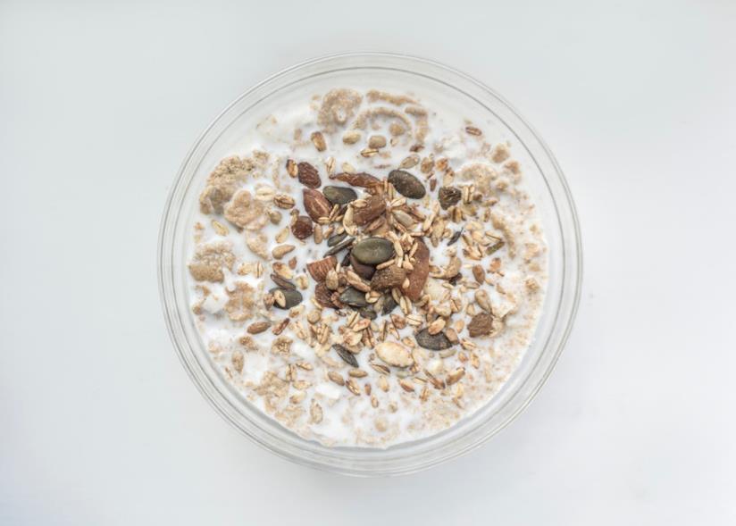 Tazza di latte di riso con cereali misti