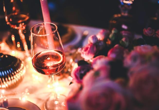 Bicchiere di vino rosa