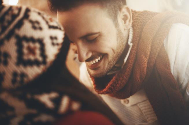 Un ragazzo sorride con dolcezza alla propria fidanzata
