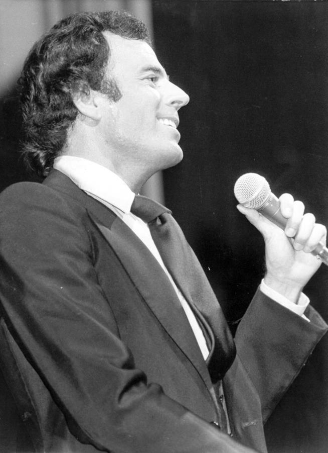 Julio Iglesias mentre canta in una vecchia foto