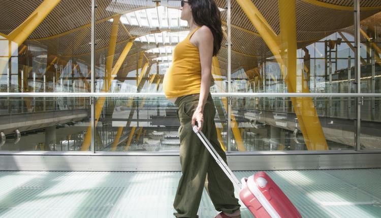 Donna che cammina con un trolley
