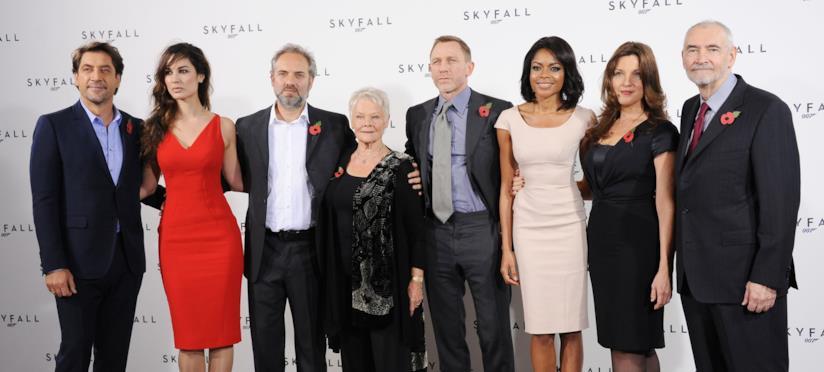 L'intero gruppo di attori del film Skyfall con il regista Sam Mendes