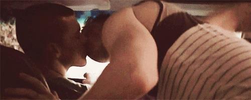Shameless: il primo bacio tra Ian e Mickey