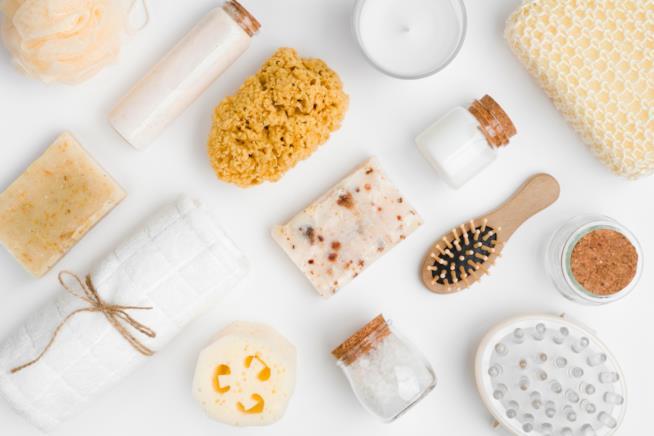 Accessori coordinati per il bagno realizzati in materiali naturali