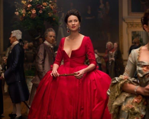 Un'immagine di Outlander con l'abito rosso