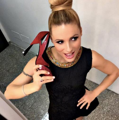 Michelle Hunziker con una scarpa in mano