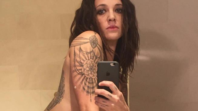 Asia Argento nuda allo specchio