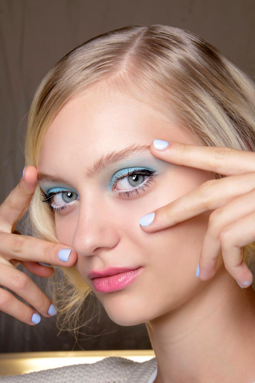 Per le tue unghie corte sfoggia l'azzurro pastello