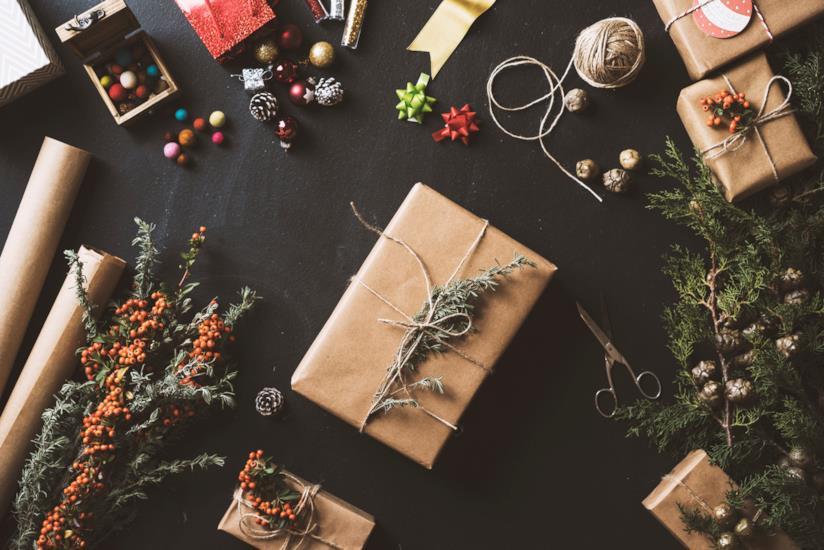 Pacchetti di Natale disposti su un tavolo con decorazioni natalizie