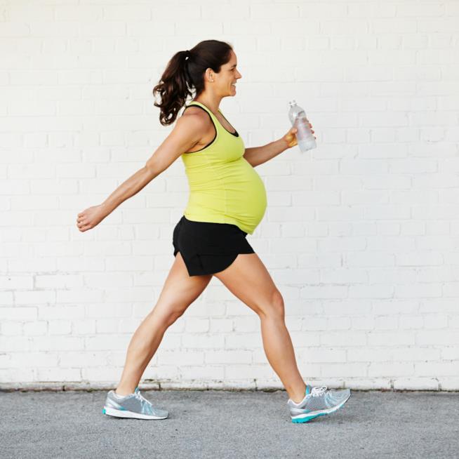 Donna incinta cammina
