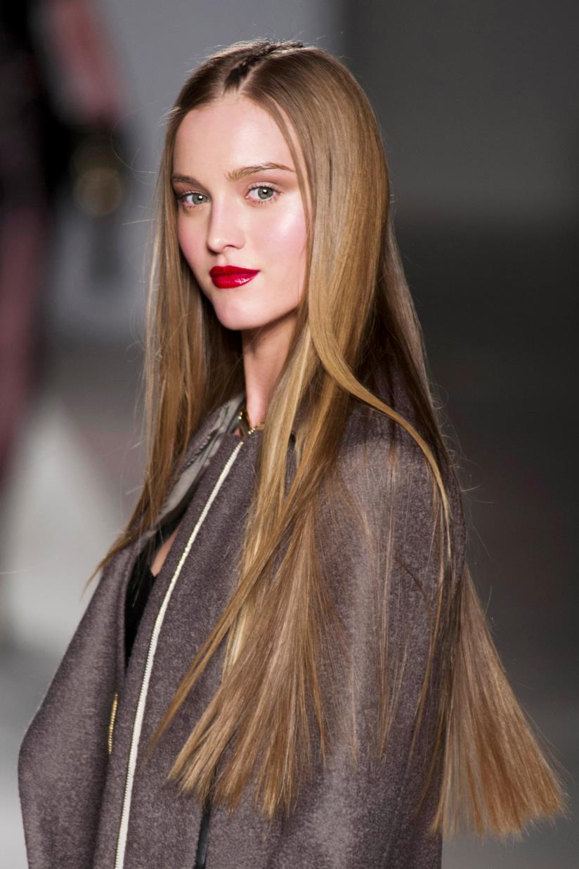 Ragazza con capelli lunghi e pari